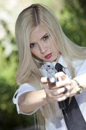 Mujer Enojada En Camisa Blanca Y Corbata Apuntando El Arma