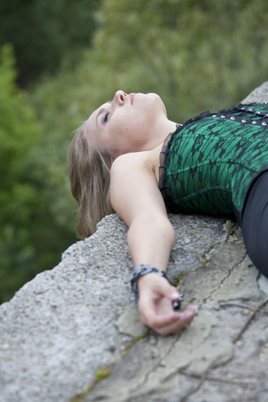 vermoord: sociale delict - misbruikte en onbeweeglijk vrouw liggend op de grond