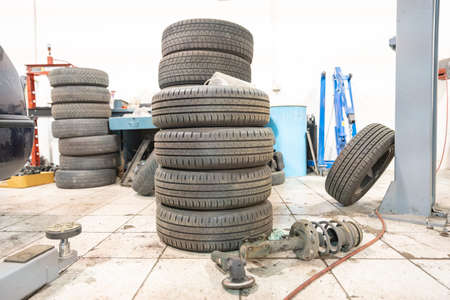 Repair and check car in repair shop. An experienced technician repairs the faulty part of the car. I change tires Stok Fotoğraf