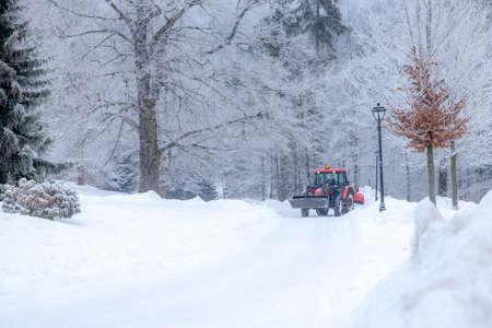 gran tractor limpia la carretera de la nieve en el invierno. trabajo estacional Foto de archivo