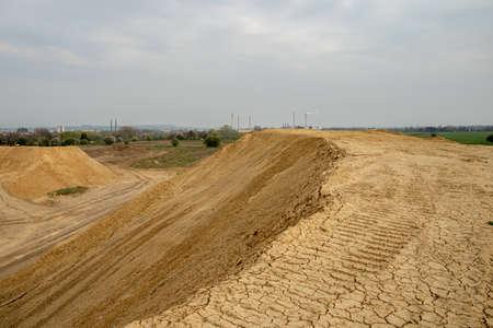 koparka podsumowuje glebę na budowie w sezonie letnim