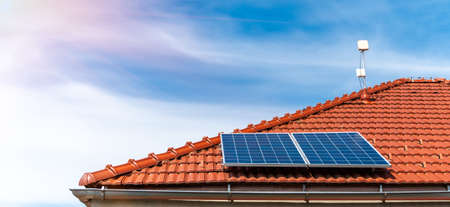 solar panels on the roof of a family house Banque d'images
