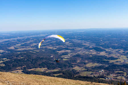 sports paragliding on a parachute over the countryside Imagens
