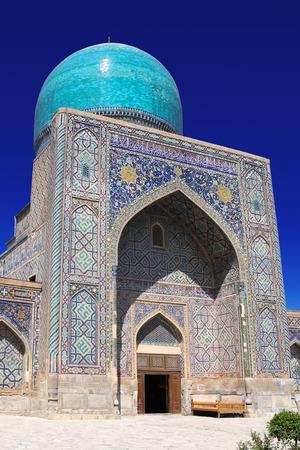 Tillya-Kori Madrasah forma un solo conjunto arquitectónico con la madraza Ulugbek madraza y Sherdor en la Plaza de Registan. La construcción de la Tillya-Kori Madrasah duró 15 años y fue completada por 1.660.