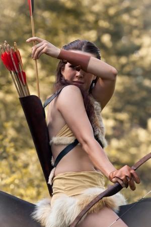 quiver: Mooi meisje het dragen van kleding met Amazon stijl te paard