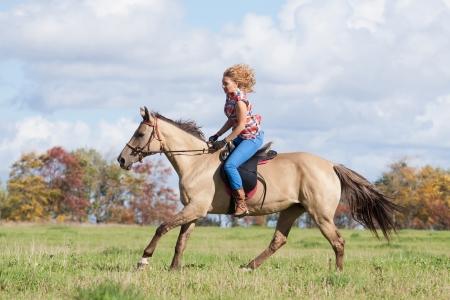 Блондинка красиво скачет с верху