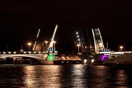 luitenant: De Annunciatie brug luitenant Schmidt Bridge in de nacht Sint-Petersburg, Rusland