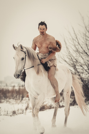homme nu: Homme sauvage � cheval � jour d'hiver