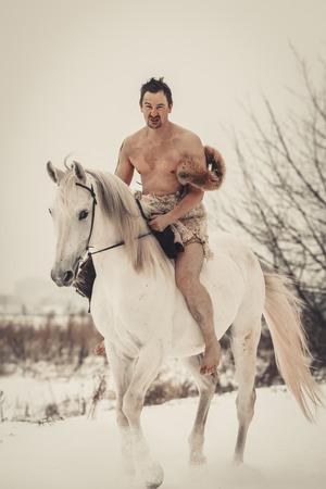 naked man: Uomo selvaggio a cavallo al giorno d'inverno