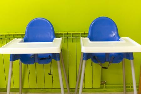 comedor escolar: Dos sillas altas azules en una cantina de la escuela Foto de archivo