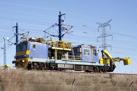 M�quina de reparaci�n de la catenaria de ferrocarril a trav�s del AVE en