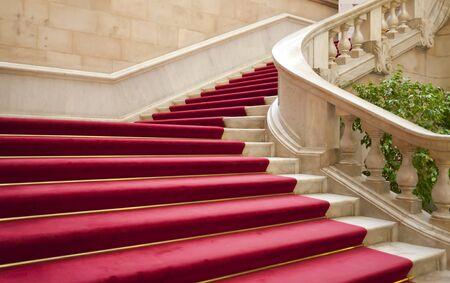 Elegante Marmortreppe mit rotem Teppich Gala Editorial