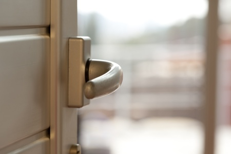 puertas abiertas: Abra una perilla de la puerta con el fondo difuso