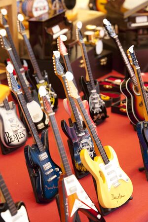 R�plicas en miniatura de las guitarras en un mercado