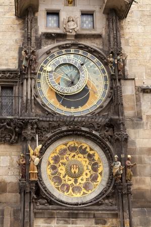 cronologia: Antiguo reloj astronómico en la plaza del centro de Praga, República Checa Editorial