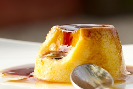 Delicioso flan de huevo casero con dulce de leche