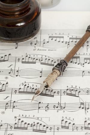 Piano score con una pluma vieja