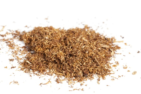 tabaco: Rodando tabaco esparcido sobre un fondo blanco