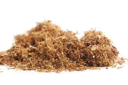 tabaco: Tabaco del balanceo dispersas sobre un fondo blanco Foto de archivo