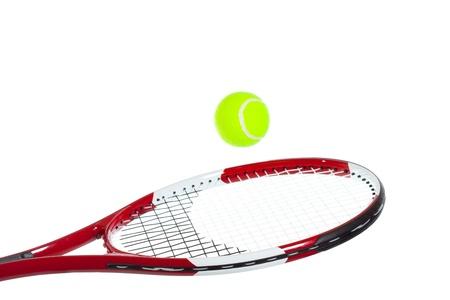 raqueta de tenis: Jugador de tenis golpea una pelota de tenis sobre fondo blanco Foto de archivo