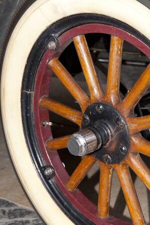 epoch: Ruota di legno di un auto d'epoca