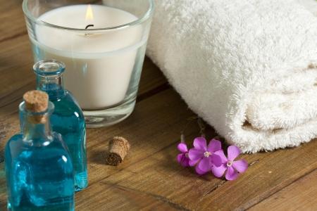 Spa Stilleben mit Duftkerzen, Orchidee Blume und Handtuch