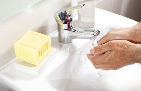 desinfectante: Lavarse las manos con jab�n desinfectante en el ba�o Foto de archivo
