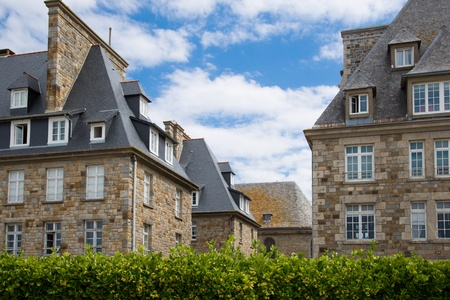 st malo: The city walls and houses of St. Malo in Brittany, France Stock Photo