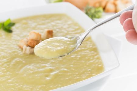 Vichyssoise casera deliciosa con tostadas