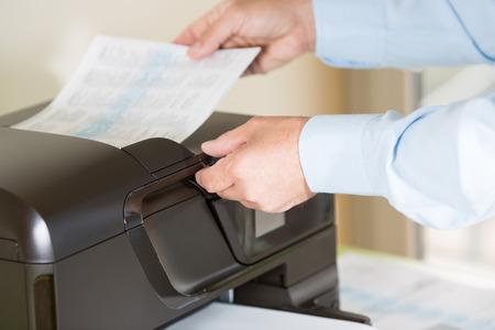 Realizaci�n de un empleado de la fotocopia con la impresora multifunci�n Foto de archivo