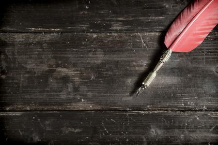Old vintage pen on an old desk 스톡 콘텐츠