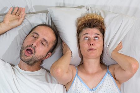 amantes en la cama: Marido ronquidos del sueño y deja a su esposa