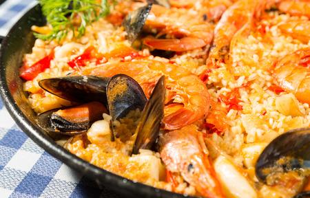 Paella valenciana arroz delicioso marisco y gambas