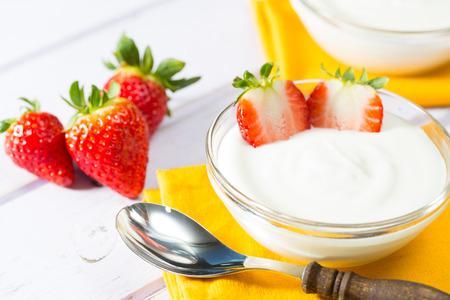 yogurt natural: Yogur natural con deliciosas fresas frescas