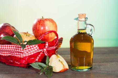apfel: Apfelessig mit einem frischen Apfel Lizenzfreie Bilder