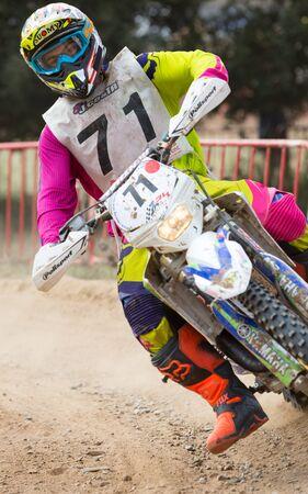 super cross: BARCELONA - 06 de septiembre: El jinete en carrera de 24 HORAS DE RESISTENCIA en Llissa Circuito el 6 de septiembre, 2015, en Barcelona, ??España. Editorial