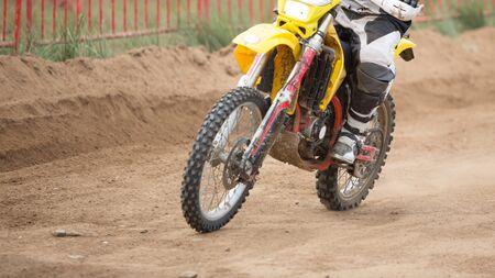 super cross: Cerca de una moto de enduro en un campeonato internacional