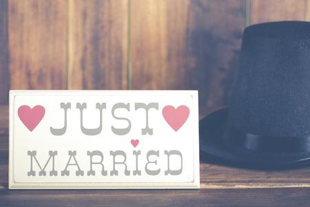 recien casados: Cartel de reci�n casados ??con un sombrero de copa del novio Foto de archivo