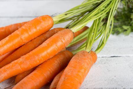zanahoria: Zanahorias frescas deliciosas en una mesa de la vendimia Foto de archivo