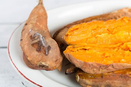 prepared potato: Juicy and delicious freshly cooked baked potatoes