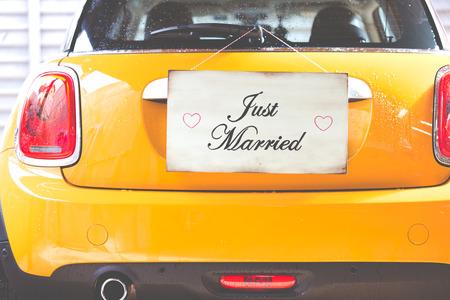 recien casados: Apenas cartel casado que cuelga en una pared de madera