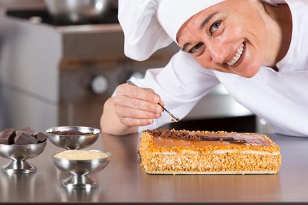 Banketbakker decoreren cake dooier en room