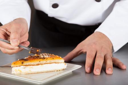 Pastelero decorar la torta de yema y la crema Foto de archivo - 51910806