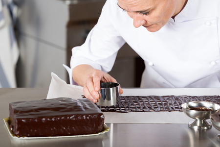 glace: Pastry chef in the kitchen decorating a cake of chocolate