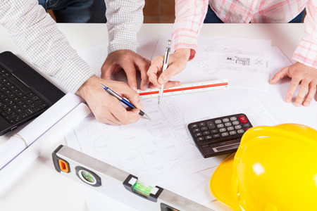 Architekten Sitzung diskutieren einen neuen Entwurf für Pläne