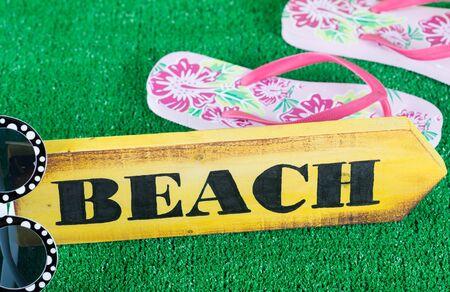 sandalias: Señal de dirección con la playa hecha a mano y pintado