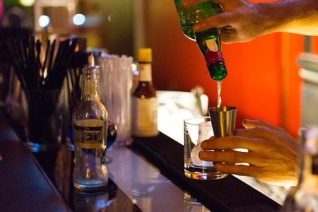 bebidas alcoh�licas: Camarero en el bar que sirve bebidas alcoh�licas