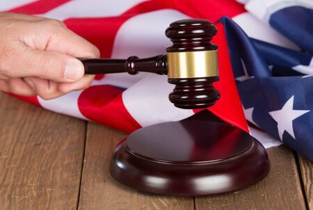 ordenanza: Judge s gavel with the United States flag