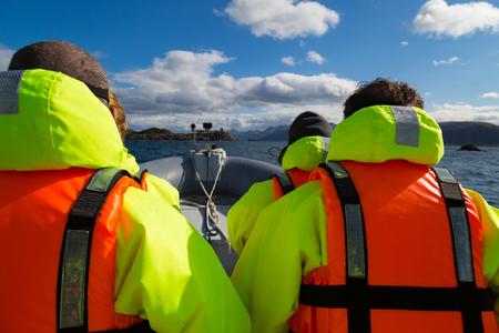 saltar: Lancha en las frías aguas de Noruega