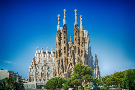 BARCELONA, SPAIN -MAY 11: Sagrada Familia on MAY 11, 2018: La Sagrada Familia - the impressive cathedral designed by architect Gaudi, which is being build since March 19, 1882 and is not finished. Редакционное
